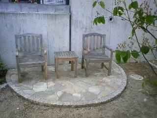作業しました…ガーデン家具に塗料をぬる